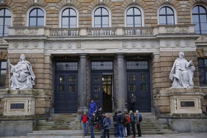 Die Presse wartet am Mittwoch vor dem Eingang des Landgerichts.