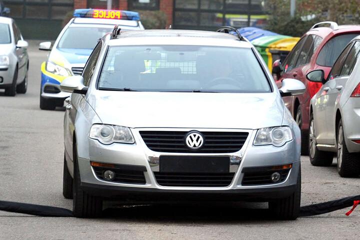 Das Auto wurde mit einem sogenannten Stop-Stick zum Stehen gebracht. Dabei bohren sich Hartmetallteilchen in den Reifen, die Luft entweicht.