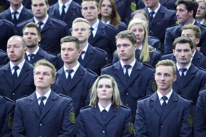 Die letzten Absolventen: Hunderte Polizeianwärter warten im November 2017 in der Sachsenarena Riesa auf ihre Vereidigung.