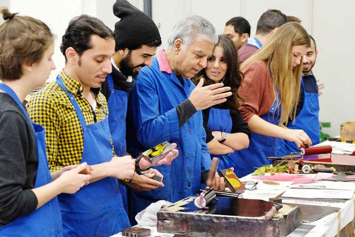 Abdullah mit seinen Studenten in der Werkstatt.