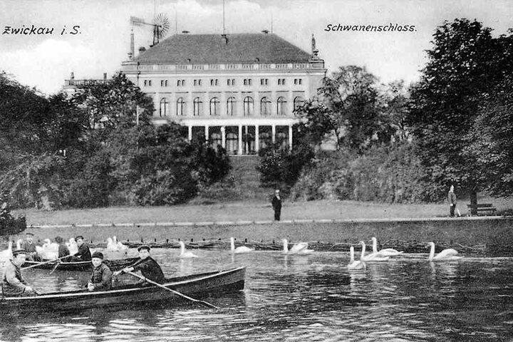 Das schöne Schwanenschloss, im 19. Jahrhundert gebaut und der Hingucker am  Schwanenteich, wurde 1993 abgerissen.