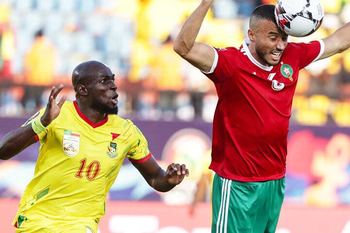 Ex-Dynamo-Stürmer Mickaël Poté (l.) hat gegen Marokkos Romain Saiss das Nachsehen.