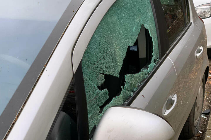Durch die Druckwelle der Explosion wurde sogar umstehende Autos beschädigt.