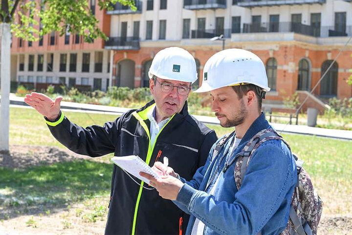 Bauleiter Cunar Meyer erklärt TAG24-Volontär Sebastian Tangel (32) die architektonischen Besonderheit des 100-Millionen-Projekts.