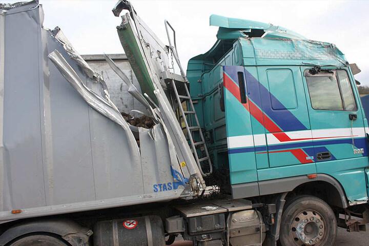 Der Lkw wurde schwer beschädigt.