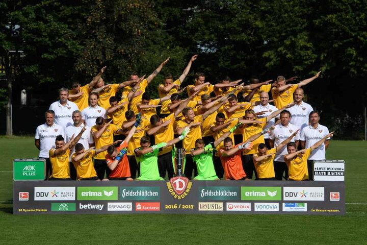 """Sachsens Mannschaft des Jahres 2016! Ob die Dynamos den Preis auch mit einem """"Dab"""" feierten?"""