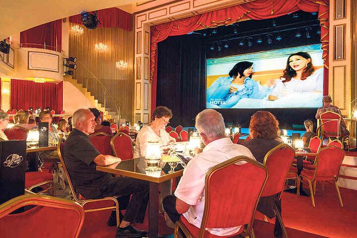 Das Finale auf großer Leinwand. Über 50 Dresdner kamen zu Zora ins Theater,  um mit ihr um den Sieg zu bibbern.