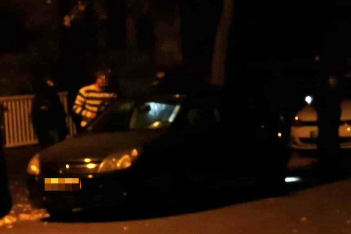 Auch ein vor dem Wohnhaus geparktes Auto wurde durchsucht.