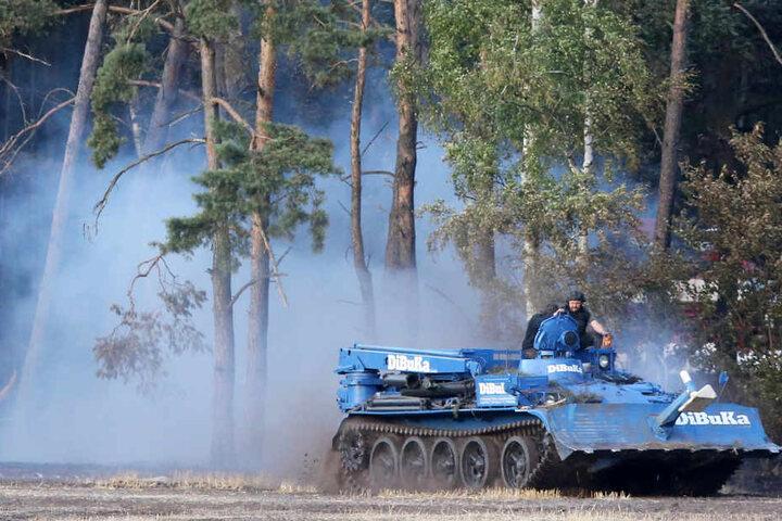 In den Löschpanzern ist die Gefahr durch Munitionsreste geringer.