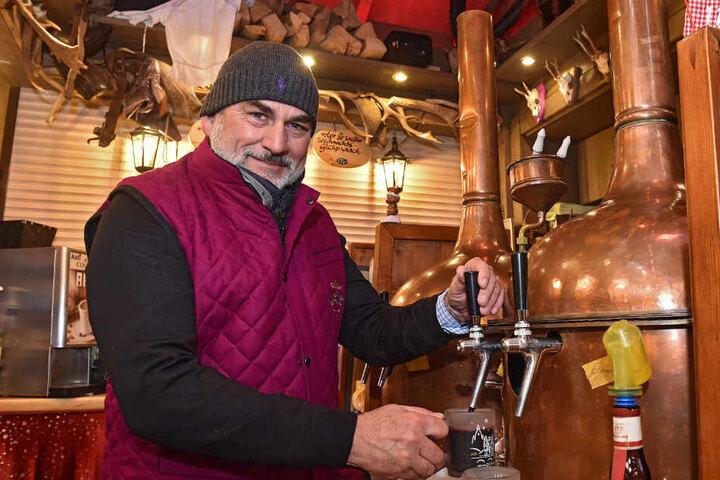 Markus Harich (54) von der Jagerhütt'n wärmt heute seine Gäste mit Glühwein, begann aber einst mit Handschuhen.
