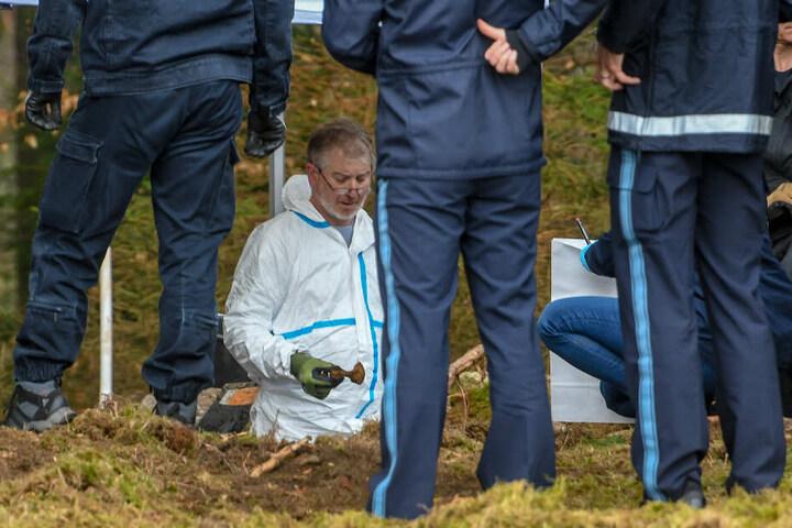Einsatzkräfte der Polizei graben an einem möglichen Ablageort einer Mädchenleiche.