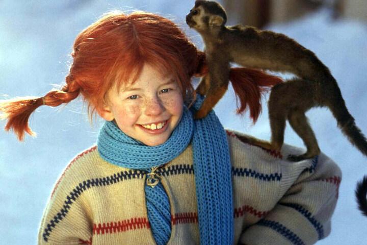"""Lächelnd trägt die Schauspielerin Inger Nilsson in einem Film von 1968 als """"Pippi Langstrumpf"""" ihr Äffchen auf der Schulter."""