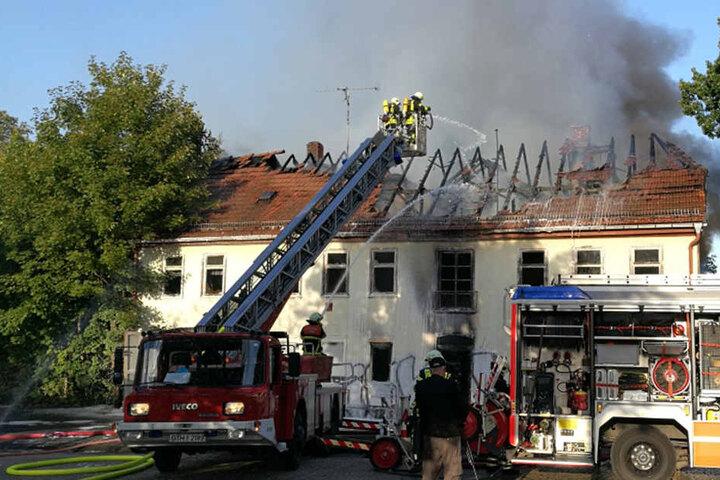 Bei Eintreffen der ersten Einsatzkräfte hatten sich die Flammen bereits durch das Dach gefressen.
