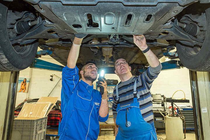Ausbildungsstellen, wie die als KFZ-Mechatroniker, gibt es in NRW immer weniger. (Symbolbild)