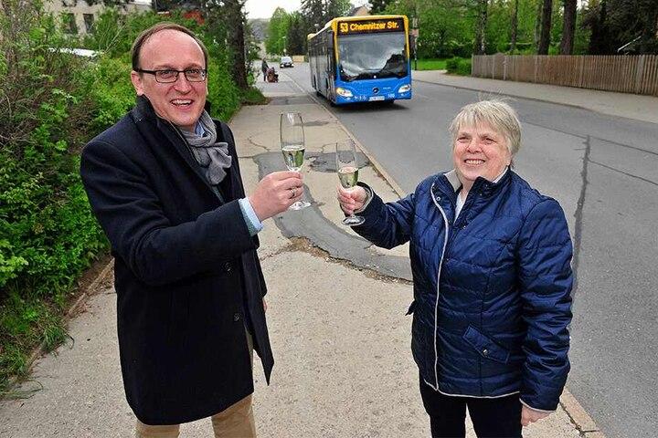 Stadtrat Jörg Vieweg (48, SPD) und Anwohnerin Roswitha Gerischer (77) feiern ihren Erfolg: Die Linie 53 hält wieder an der Wilhelm-Firl-Straße.