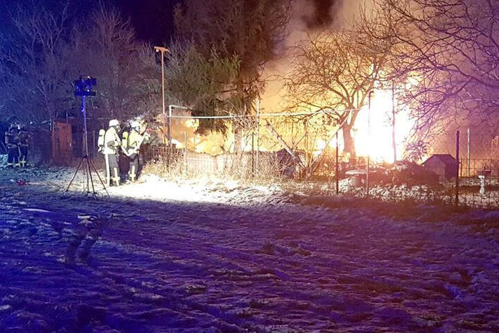 Als die Feuerwehr eintraf stand die Laube schon lichterloh in Flammen.