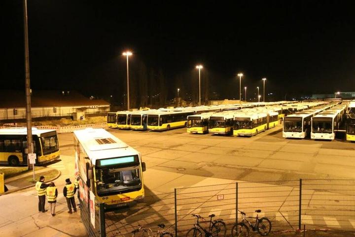 Die Busse sind als Barrikaden quer vor die Tore gestellt. Die Streikwache achtet darauf, dass wirklich niemand arbeiten kann