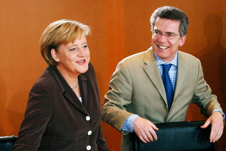 Jahrelang saß Thomas de Maizière am Berliner Kabinettstisch - hier 2006 als Kanzleramts-Chef von Angela Merkel (63, CDU).