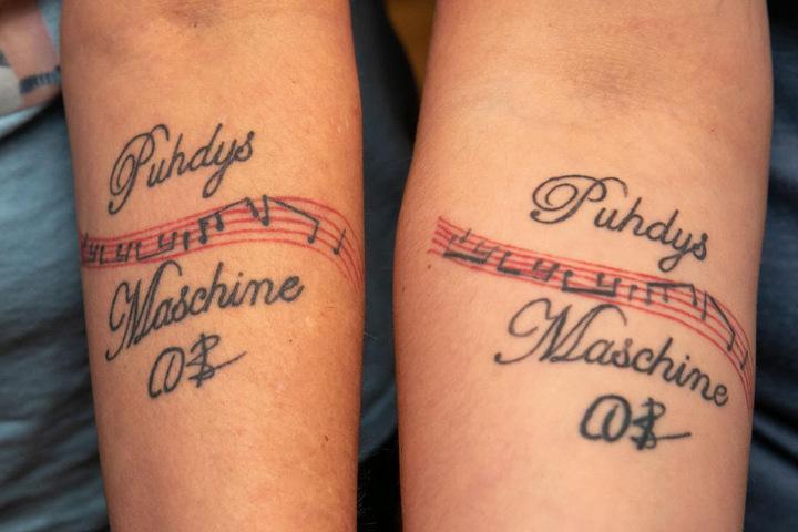 Fanliebe, die unter die Haut geht: Mutter und Tochter ließen sich für ihren Star ein Tattoo stechen.