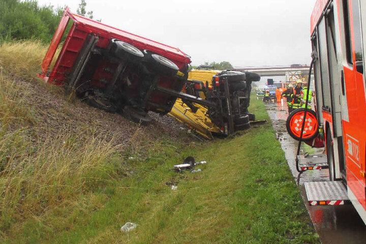 Der Lkw kippte nach infolge des Unfall auf die Seite.