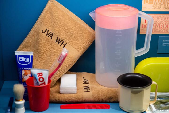 JVA-Insassen erhalten trotz individueller Kleidung noch heute viele einheitliche Utensilien. Dazu gehören unter anderem spezielle Rasierklingen, Zahnbürste und Kamm.