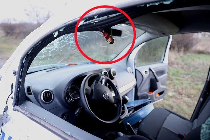 Auf der Fahrerseite steckt im Türrahmen der Schraubendreher. Der Fahrer wurde von diesem zum Glück verfehlt.