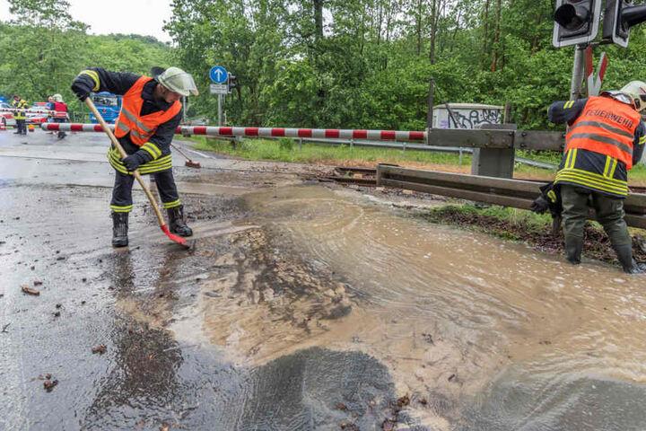 Der Bahnübergang ist von der Flut überspült.