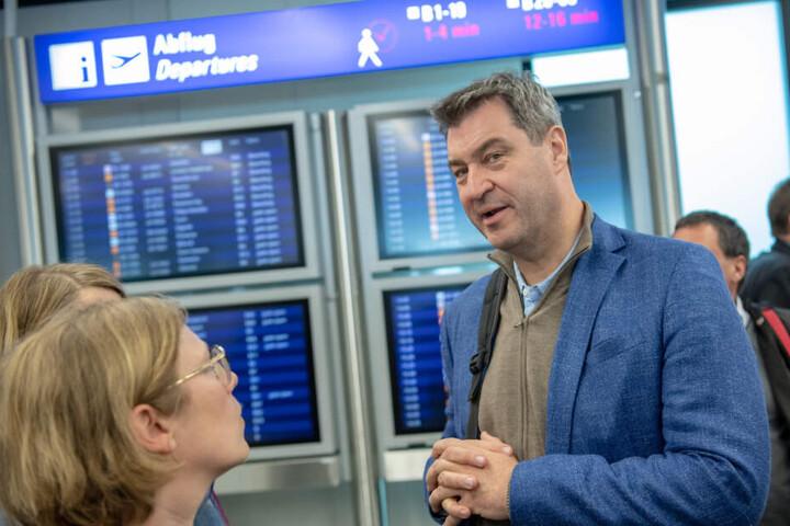 Markus Söder im Gespräch mit Journalisten vor seinem Abflug.