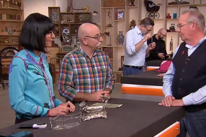 Horst Lichter (Mitte) fragt WMF-Schalenbesitzer Manfred nach seiner Wertvorstellung.