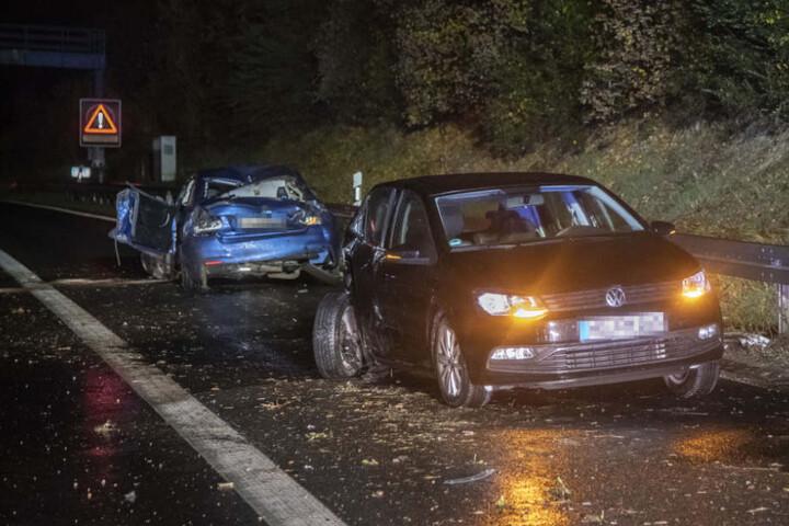 Der BMW krachte erst gegen eine Leitplanke und wurde dann auch den Kleinwagen geschleudert.