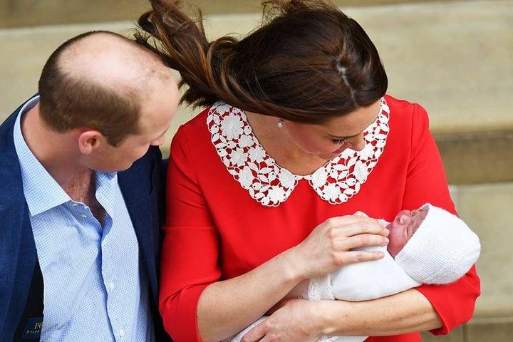 Die glücklichen Eltern mit ihrem neu geborenen Sohn.