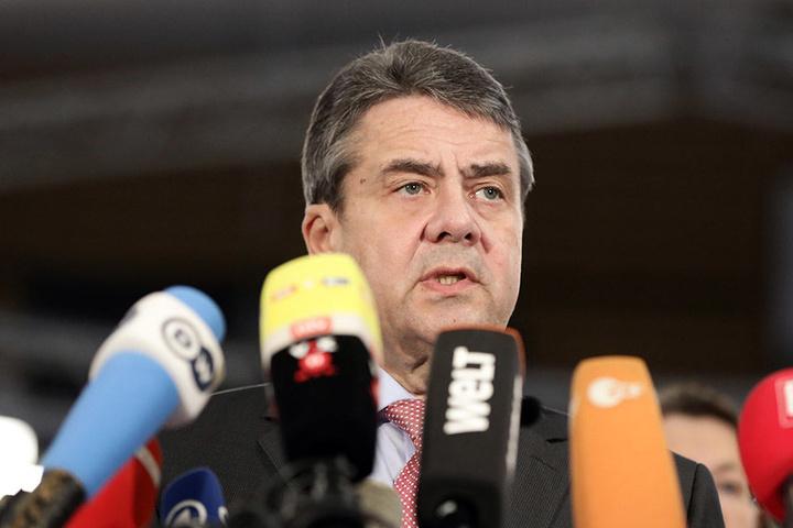 Sigmar Gabriel, Bundesaußenminister (SPD), äußert sich auf einer Pressekonferenz zur Freilassung von Deniz Yücel.