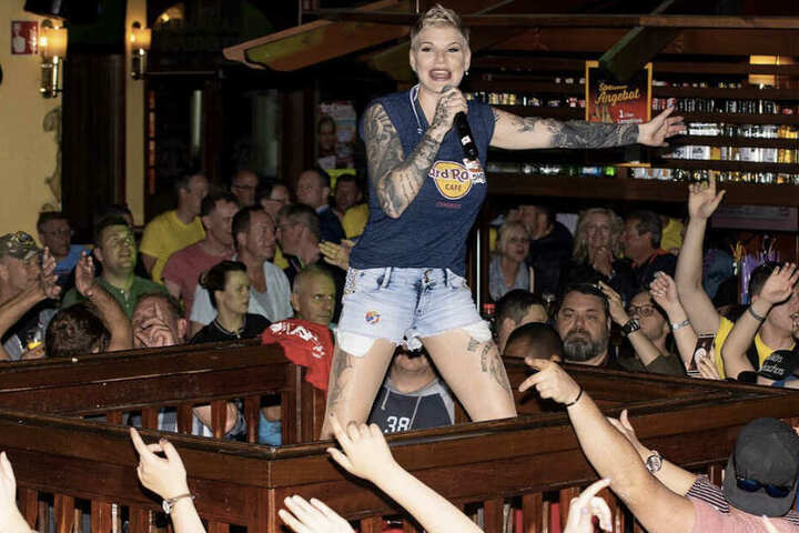 So kennt man Melanie Müller: Voller Körpereinsatz und die Ballermann-Fans zum Mitsingen motivieren.
