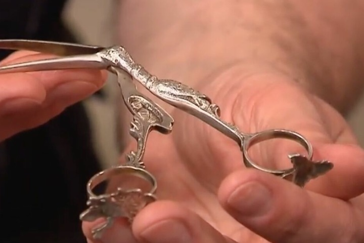 Die Nabelschnurschere wurde als Geschenk übergeben, nicht medizinisch genutzt.