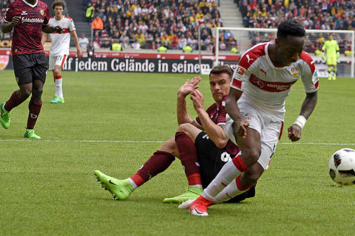 Oh nein! Philip Heise kniet nach seinem Foul an Carlos Mané auf dem Rasen, kann seinen Fauxpas, der letztlich zwei Punkte kostet, kaum fassen.