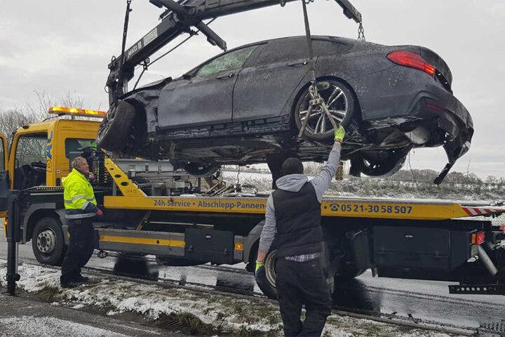 Der Abschleppdienst hat die Luxuskarre vom Unfallort abtransportiert.