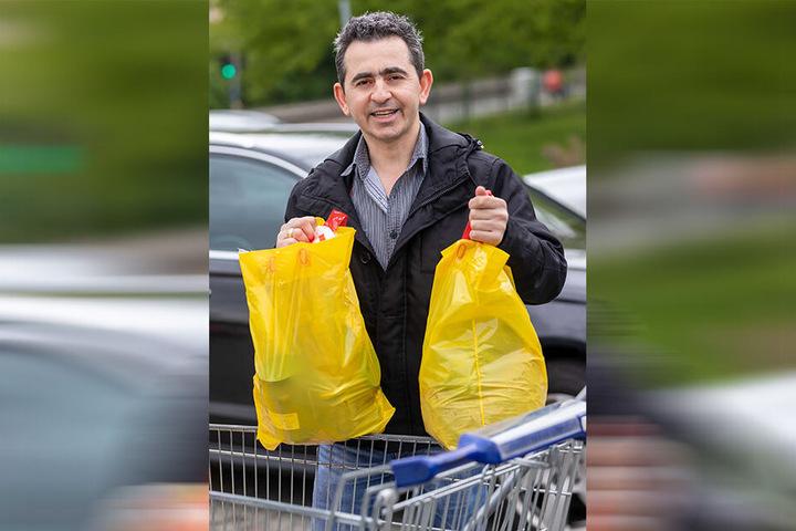 """Christophoros Kolpakidis (38), Gastwirt: """"Je 2,5 Kilo Spinat und Sauerkirschen tiefgefroren, eine Großpackung Strohhalme, Gebäck - das alles für nur 25 Euro. Das ist gut, da komme ich gern wieder."""""""
