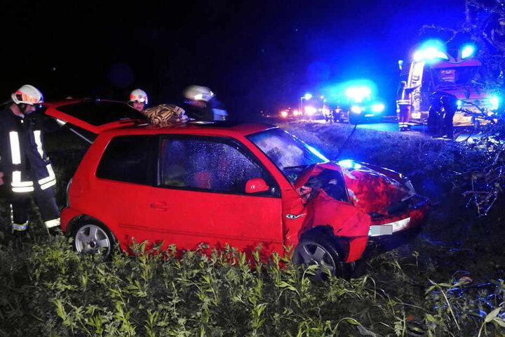 Die Beifahrerseite wurde bis auf das Armaturenbrett durchgedrückt.