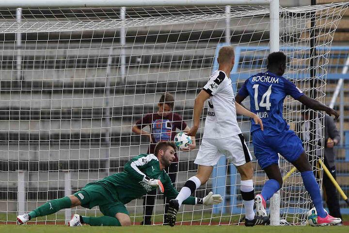 Jenas Schlussmann Raphael Koczor ließ fünf Treffer durch. Hier trifft Peniel Mlapa zum 1:0 für den Zweitligisten.