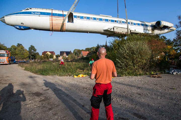 Nach monatelanger Vorbereitung verladen Flugzeug-Experten das ehemalige sowjetische Passagierflugzeug vom Typ Tupolew 134.
