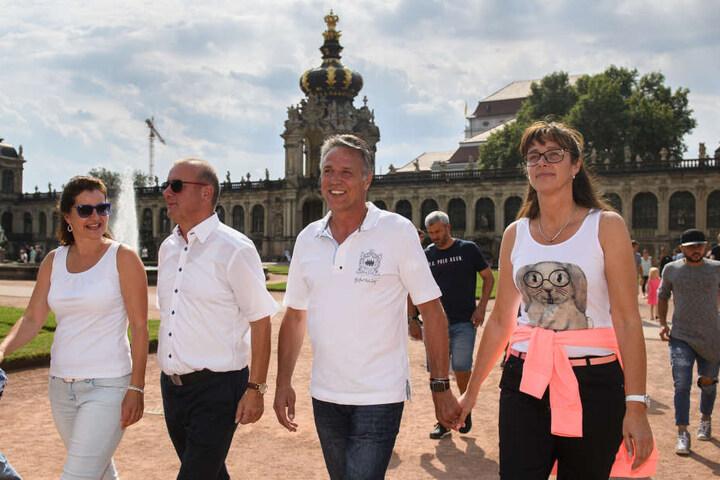 Familie Ritter (l.) und Familie Neuhaus beim Ausflug am Donnerstag im Zwinger.