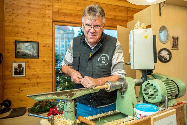 Arndt Winkler (56) zeigt in der Schauwerkstatt echte erzgebirgische  Holzkunst.