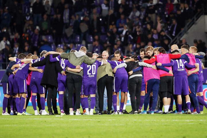 Symbolisches Foto! Die Veilchen präsentierten sich in dieser Saison bisher als homogenes Team, als echte Einheit. Wohl der Haupttrumpf des FC Erzgebirge Aue.