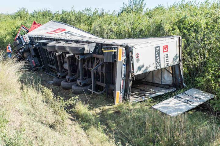 Nach dem Reifenplatzer fuhr der Lkw die Böschung hinunter.