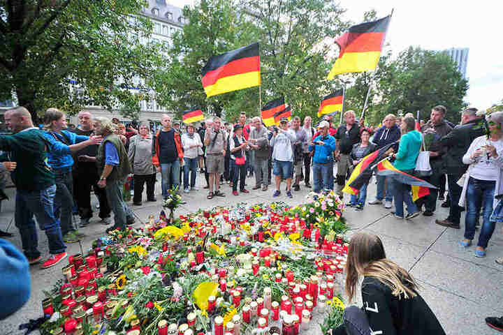 Gedenk-Versammlung am Tatort, einen Tag nach dem Mord an Daniel H. (†35). Die rechten Demos erreichten am 27. August 2018 mit 6000 Teilnehmern ihren Höhepunkt.