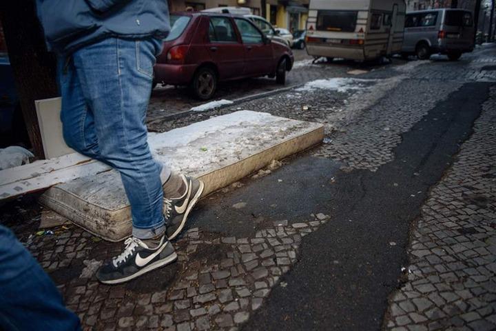 """Matratzen auf dem """"Möbelstrich"""" gehören in einigen Teilen Berlins zum gewohnten Straßenbild."""