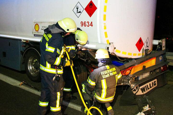 Die Feuerwehr sicherte den Gefahrgutlaster ab, sodass er bis zum nächsten Parkplatz weiterfahren konnte.