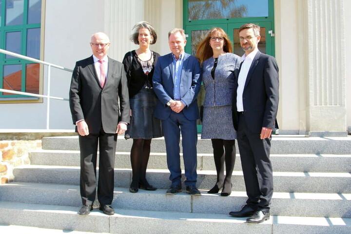 Vor dem neuen Abhörzentrum posieren neben Ulf Lehmann (Mitte) auch die Innen-Staatssekretäre Dr. Günther Schneider (Sachsen), Dr. Tamara Zieschang (Sachsen-Anhalt), Katrin Lange (Brandenburg) und Udo Götze (Thüringen).