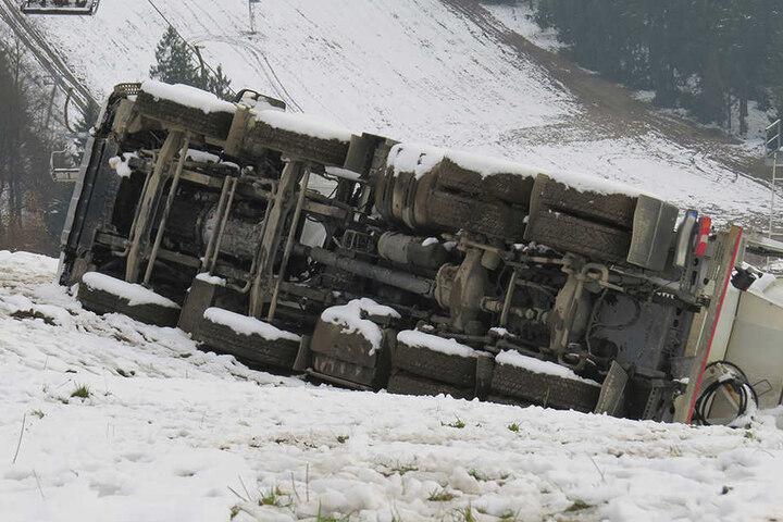 Der Laster liegt unterhalb eines Skihangs in Schöneck.