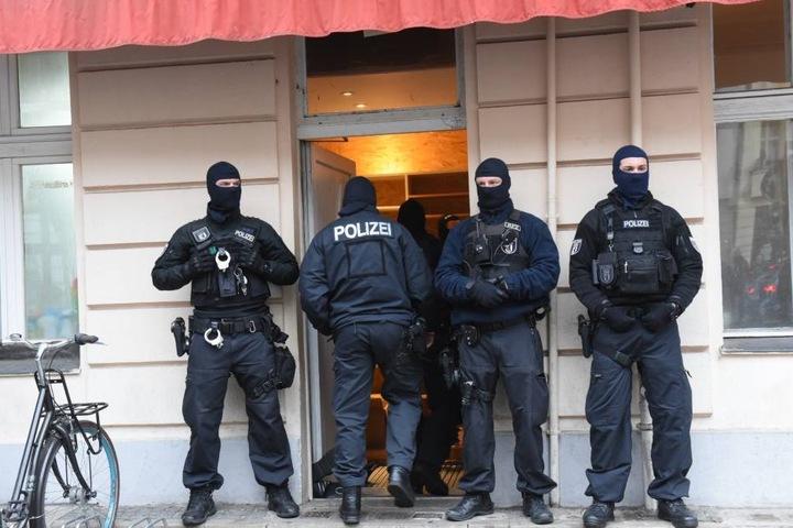 Die Polizei war mit mit Beamten des Landeskriminalamtes, darunter auch des Staatsschutzes, und Spezialkräften im Einsatz.
